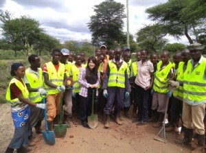 Core staff, Yuka Iwamura  with Ikuyuni youth group during Do-nou training at Makueni County.